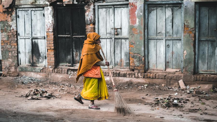 Street-sweeper-varanasi-India